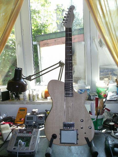 Montage de l'écran d'un « Kaoss-Pad »® et de toutes ses fonctionnalités sur une guitare fabriqué par mes soins.